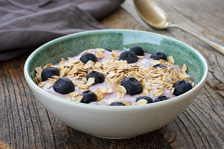 desayunos-para-adelgazar-yogur-avena-1602754238
